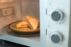 De sandwiches van de hamkaas in microgolf Royalty-vrije Stock Foto