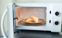 De sandwiches van de hamkaas in microgolf Royalty-vrije Stock Fotografie