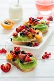 De sandwiches van het fruitdessert met ricottakaas, kiwi, abrikoos, aardbei, bosbes en rode aalbes Stock Fotografie