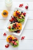 De sandwiches van het fruitdessert met ricottakaas, kiwi, abrikoos, aardbei, bosbes en rode aalbes Stock Foto