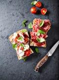 De sandwiches van mediterraan-stijlciabatta met salami, droge tomaten, de tomaten van gorgonzola en van de kers Stock Afbeeldingen