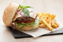 De sandwichhamburger van het tarwerundvlees, gebraden aardappels, ketchup gediende FO Stock Foto