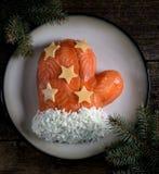 ` De Santa Claus Mitten del ` de la ensalada de salmones salados, de las patatas hervidas, del queso, de los huevos y de la carne Fotografía de archivo libre de regalías