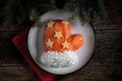 ` De Santa Claus Mitten del ` de la ensalada de salmones salados, de las patatas hervidas, del queso, de los huevos y de la carne Imagen de archivo libre de regalías