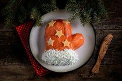 ` De Santa Claus Mitten del ` de la ensalada de salmones salados, de las patatas hervidas, del queso, de los huevos y de la carne Foto de archivo libre de regalías