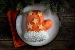 ` De Santa Claus Mitten del ` de la ensalada de salmones salados, de las patatas hervidas, del queso, de los huevos y de la carne Foto de archivo