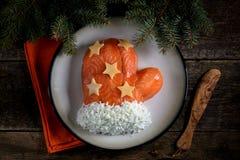 ` De Santa Claus Mitten del ` de la ensalada de salmones salados, de las patatas hervidas, del queso, de los huevos y de la carne Imágenes de archivo libres de regalías