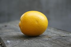 De sappige zure gele citroencitrusvrucht is op de lijst stock afbeelding
