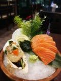 De sashimireeks komt met schroeit kammosselen en zalmsashimi stock afbeelding