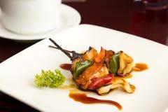 De satay vleespen van de zalm en van de pijlinktvis Royalty-vrije Stock Foto