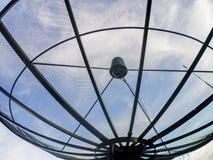 De satellietgegevens van de schoteltransmissie over blauwe hemel als achtergrond Stock Foto's