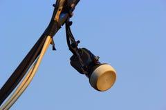 De satellietontvangersschotel is een blauwe hemel als achtergrond Royalty-vrije Stock Afbeelding