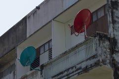 De satellietschotel is in bijlage aan het balkon stock afbeelding