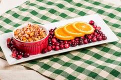 De saus van de Amerikaanse veenbesappel met oranje plakken Stock Foto's