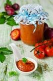 De saus van de tomatenketchup met knoflook, kruiden en pruimen Stock Afbeelding