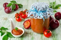 De saus van de tomatenketchup met knoflook, kruiden en pruimen Royalty-vrije Stock Afbeeldingen