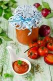 De saus van de tomatenketchup met knoflook, kruiden en pruimen Stock Foto