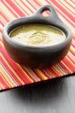 De saus van Tomatillo in Columbiaanse kleischotel Stock Afbeelding