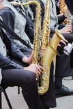 De saxofonisten die in een jazz spelen verbinden, gekleed in men& x27; s klassieke vest en broeken stock foto's