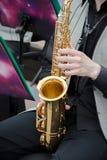 De saxofonisten die in een jazz spelen verbinden, gekleed in men& x27; s klassieke vest en broeken royalty-vrije stock fotografie