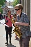 De Saxofoon van het musicusspel in de Dag van de Straatmuziek Royalty-vrije Stock Foto's