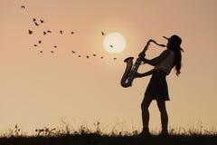 De saxofoon van het vrouwenspel royalty-vrije stock foto