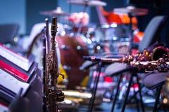 De saxofoons zijn op stadium Onderbreking bij het overleg, close-up royalty-vrije stock afbeeldingen
