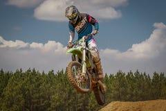 De Scène die van de motocrossactie - op Lucht drijven Stock Afbeeldingen