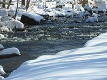 De scène van de de wintersneeuw met stroom Royalty-vrije Stock Afbeeldingen