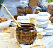 De scène van de dorpsmarkt met honing, kaas, en brood Stock Afbeeldingen