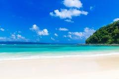 De scène van de droom Mooi wit zandstrand, het tropische overzees Samenvatting