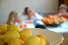 De scène van de keuken met citroenen en kinderen Royalty-vrije Stock Afbeelding