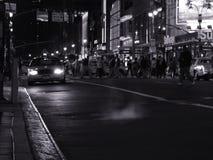 De scène van de nacht met een taxi op de straat in New York Royalty-vrije Stock Afbeelding