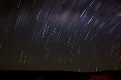 De scène van de nacht - sterrenbeweging, lang blootstellingsschot Stock Foto