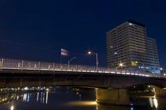 De Scène van de nacht van de rivieroeverBouw Royalty-vrije Stock Foto's