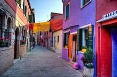 De scène van de straat in Burano Italië Stock Foto's