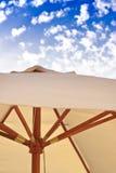 De scène van de vakantie, strandparaplu en blauwe hemel Royalty-vrije Stock Fotografie