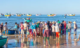 De scène van de vissenmarkt in het overzees van de ochtendzitting Royalty-vrije Stock Foto