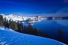 De Scène van de winter bij het Meer van de Krater Stock Afbeeldingen
