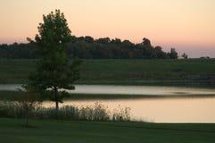 De Scène van het meer bij Schemer stock foto's