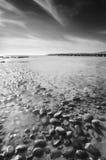 De scène van het strand in zwart & wit met kiezelstenen Stock Fotografie