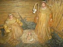 De scène van de Kerstmisgeboorte van christus met levensgrote cijfers Stock Fotografie
