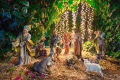 De scène van de Kerstmistrog met beeldjes stock afbeeldingen