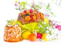 De scène van Pasen Traditionele cake en kleurrijke geschilderde eieren Pasen-het ontwerp van de vakantiegrens op een witte achter stock foto's