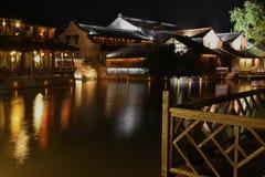 De Scènes van de nacht van Waterige Stad Stock Foto