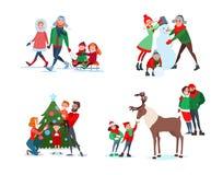 De Scènes van de Kerstmisfamilie Vader, Moeder en Zoon die Sneeuwman maken Jonge geitjes die Rendier voeden Familie die Kerstboom Stock Foto's