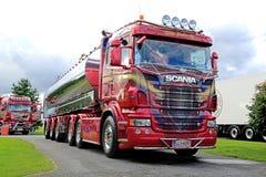 De Scania camión del tanque magenta brillante R500 semi Imagenes de archivo