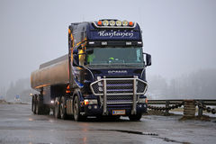 De Scania camión del tanque púrpura semi parqueado Imágenes de archivo libres de regalías