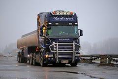 De Scania caminhão de tanque roxo semi estacionado Imagens de Stock Royalty Free