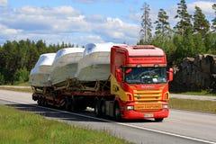 De Scania transporte del barco del remolque semi Foto de archivo libre de regalías